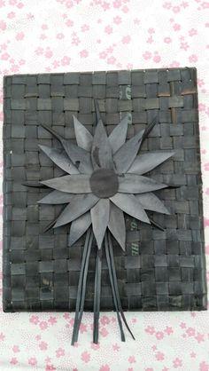 Schilderij van fietsbanden. Gevlochten met een bloem