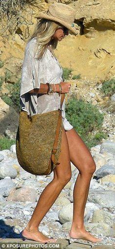 Elle Macpherson continues her stylish sojourn in Ibiza Ibiza Fashion, Estilo Fashion, Hippie Chic, Boho Chic, Bohemian, Elle Macpherson, Summer Chic, Summer Looks, Mannequin