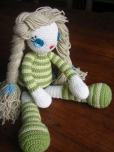 Voici des modèles de poupées à réaliser au crochet. J'ajouterai des liens au fil de mes découvertes… :-) N'hésitez pas à m'écrire si vous avez des modèles, je les ajouterai avec plaisir…