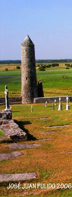 Cementerio de Glendalough y torre cilíndrica de treinta y tres metros de altura. Los edificios datan los siglos VIII y XII siendo restaurados en el siglo XIX. Glendalough cemetery Cylindrical tower dating from the 8th and 12th centuries