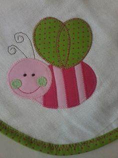 Confeccionada em tecido fralda com 04 camadas para melhor absorção. Patch apliquée e viés em tecido 100% algodão. *As cores para o viés e o tema para o aplique podem ser escolhidos. Consulte disponibilidade. **Ideal para secar bebês recém-nascidos.
