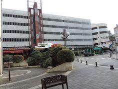 Le marché parking à Agen construit en 1970 abrite aujourd'hui en rez-de-chaussée divers commerçants et en étages des parkings place des Laitiers...