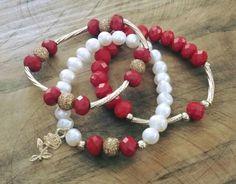 Pulseras en perla de rio, chapa de oro y cristal rondel rojo. Por Moni G.