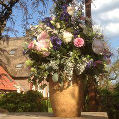 Prachtig boeket in Franse pot voor een bruiloft op het Hoogh Huys.