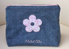 Un neceser para Marta, mi hija. Se lo he hecho con tela tejana, que es más sufrida, porque lo llevará al cole los días de educación física.