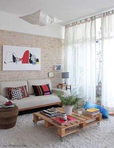pallet coffee table + brick wall #decor #casa #todacasatemumahistoria