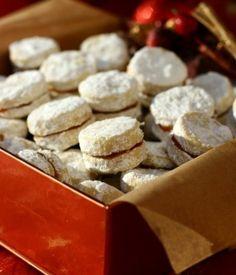 Tyto jemné, křupavé a hlavně tradiční koláčky jsou ideální pro každou příležitost a jsou velmi populární hlavně na Vánoce. Bez vajíčka a vydrží déle než linecké pečivo.