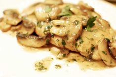 Esta es una de esas recetas que siempre que la haces te deja un muy buen recuerdo. Se trata de un pollo con champiñones cocinado a fuego lento, con cariño,