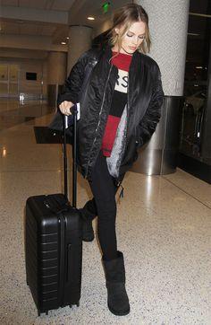 margot-robbie-airport-uggs-leggings