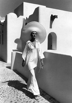 Photo Rico Puhlmann Heloise in tunic and pants by Halston, Las Hadas, Mexico, published in Harper's Bazaar, June Vintage fashion Foto Fashion, 70s Fashion, Fashion History, Urban Fashion, Vintage Fashion, Fashion Menswear, Classic Fashion, Fashion Spring, White Fashion