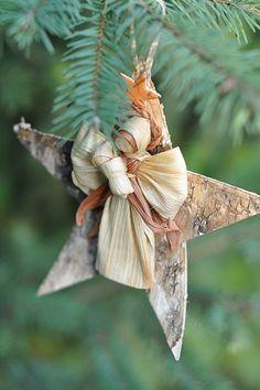 Christmas Ornaments To Make, Christmas Wood, Christmas Design, Christmas Holidays, Christmas Decorations, Corn Husk Crafts, Corn Husk Dolls, How To Make Corn, Mexican Christmas