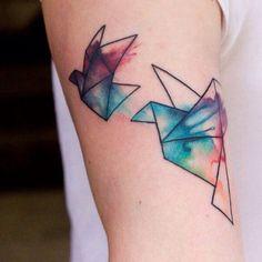 Tatuaje para mujer en el brazo, pájaros de origami estilo acuarela