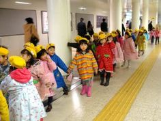 Você sabia que no Japão, geralmente aos 3 aninhos a criança já começa a ir para a escolinha, a pé, sozinhas e muitas vezes sem supervisão? Não pensem que é frieza. A cultura deles prevê que a mãe tente ficar até os 3 anos com seu filho e converse muito com suas crianças. Aos 3 anos, vão para um Jardim de Infância, mas só ganham independência se puderem executar o processo em segurança. É meio que uma conquista - e orgulho - para os pequenos, quando podem andar livremente sem a supervisão os…