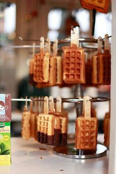 10 mini desserts de mariage super tendance à croquer waffles -- as they should be displayed and eate Mini Desserts, Dessert Recipes, Wedding Desserts, Beste Desserts, Food Truck Desserts, Kreative Snacks, Waffle Bar, Waffle Shop, Cafe Food