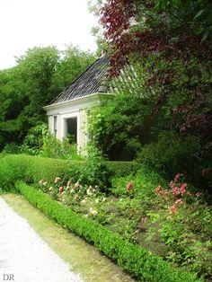 Domies Toen, Pieterburen, Groningen..  Domies Toen (Gronings voor 'tuin van de dominee') is de oude pastorietuin van Pieterburen. De tuin wordt ecologisch beheerd en is lid van de Nederlandse Vereniging van Botanische Tuinen.
