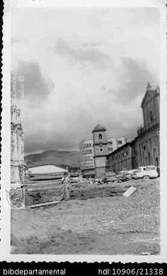Arreglo de la calzada de la Cra 6°, frente a la Iglesia de San Francisco, 1950.PEDRO ANTONIO RIASCOS. Arreglo de la calzada de la Cra 6°, frente a la Iglesia de San Francisco, 1950 y 200892. OTRO: Biblioteca Departamental Jorge Garces Borrero, 1950. 14 X 8.