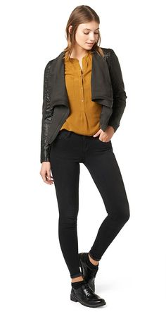 Stretch-Jeans für Frauen (unifarben, mit Reißverschluss und Knopf vorne) aus Jeans mit Stretch-Anteil, mit TOM TAILOR Logo-Stickerei an der Gesäßtasche, TOM TAILOR Leder-Badge hinten am Bund. Material: 78 % Baumwolle 15 % Lyocell 5 % Polyester 2 % Elasthan...