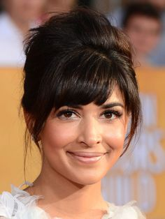 Who: Hannah Simone The Expert: Celebrity makeup artists Marina Gravani The Look: Brigth, silver makeup with subtle sparkle The Tip: For a lit-from-within glow, apply Pixi Flawless Beauty Primer to cheek bones and the bridge of the nose. Apply your favorite foundation all over; then use the concealer from the Pixi Eye Bright Kit under the eyes, applying the lightest shade to the inner corners. For Hannah's shimmery eyes, start by applying Pixi Lid Last Shadow Pen in Gentle Gold to fingers…