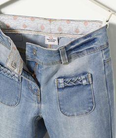 LE JEAN PANTACOURT CELERI :                     Un jean de la forme d'un pantacourt pour un look décontracté et tendance ! A porter avec des baskets blanches !            LE JEAN PANTACOURT, taille ajustable et fermée par crochet et zippe, 4 poches, effet délavé et froissé, revers. Revers, Girls Pants, Mom Jeans, Denim, Fashion, White Sneakers, Look Casual, Suit, Pockets
