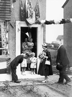 The Queen met Burma veteran James Wilson at his home at the Veterans Garden City in Penilee, Glasgow, during her Coronation in Wonder where abouts this is? Scottish News, James Wilson, Modern English, English Royalty, Interesting History, Queen Elizabeth Ii, British Royals, Glasgow, Britain