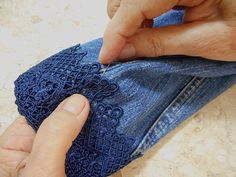 Como customizar jaqueta jeans com renda How to customize denim jacket with lace Denim And Lace, Artisanats Denim, Jeans Refashion, Diy Clothes Refashion, Diy Clothing, Refaçonner Jean, Jean Diy, Embellished Jeans, Embroidered Jeans