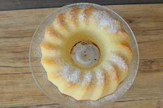 Без преувеличения могу сказать, что этот кекс - самый вкусный. Здесь нет изюма, орехов и других начинок, но мои дети это терпеть не могут. Зато в кексе есть секретный ингредиент, который делает кекс очень вкусным, нежным, ни в коем случае не сухим, как обычно бывают кексы. А пробовала...