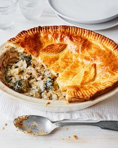 Mastered how to make a white sauce? Show off your cookery prowess by using it in this creamy chicken and broccoli pie that you could easily whip up on a weeknight. Strudel, Broccoli Pie Recipe, Delicious Magazine Recipes, Healthy Family Meals, Family Recipes, Cottage Pie, Tart Recipes, Creamy Chicken, Pot Pie