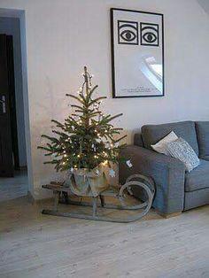 Mooi winters tafereel met de kerstboom op een slee