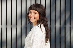 Artigo com dicas que explicam como arrumar franja em cabelo ondulado e quais os produtos mais indicados para essa tarefa. | All Things Hair - Dos especialistas em cabelos da Unilever