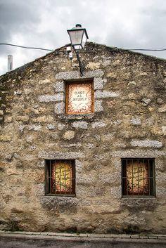 Preciosa casa de tres fachadas dedicada a la música, sus artistas ysus rondallas. En las ventanas de abajo se puede leer la letra de esta popular rondalla