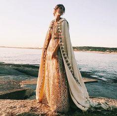 "1,084 Me gusta, 21 comentarios - Anushka Elliot Boutique (@anushkaelliot) en Instagram: ""💫✨WHITE BEAUTY BY THE SEA 💫✨Martina con Vestido y Capa by Anushka Elliot • ph @catcourreges"""