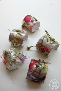 Flower nature cuffs made from environmentally friendly toilet paper rolls Earth Day Projects, Projects For Kids, Crafts For Kids, Arts And Crafts, Toddler Preschool, Toddler Crafts, Preschool Crafts, How To Make Drawing, Activities To Do
