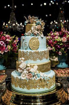Festa de 15 anos de Julia: decoração em azul e rosa - Constance Zahn | 15 anos Sweet 15 Cakes, Cinderella Party, Cinderella Cakes, 15th Birthday Cakes, Sweet Fifteen, Quince Cakes, Big Wedding Cakes, Owl Cakes, Quince Decorations