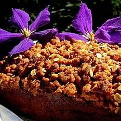 This banana bread has sweet rolled oats streusel on top, and makes two loaves. Breakfast Bread Recipes, Banana Bread Recipes, Banana Oat Bread, Banana Nut, Streusel Topping, Soda Bread, Quick Bread, Popular Recipes, Cookies Et Biscuits