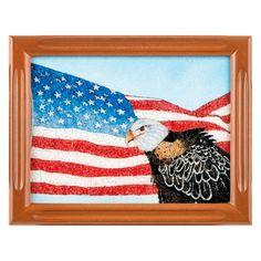 CUADRO DE GEMAS NATURALES  Cuadro hecho de gemas naturales con la bandera americana y un águila. Medidas: 19 x 24 cm.