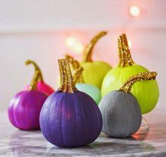 Haro sur les paillettes et la peinture flashy pour décorer vos citrouilles d'Halloween! #DIY #Déco