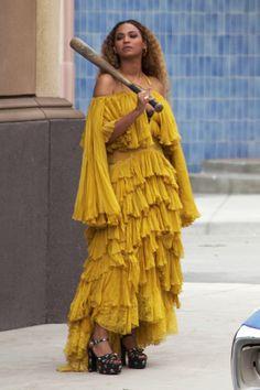 hold up - beyonce Hold Up Beyonce, Beyonce And Jay, Beyonce Knowles, Beyonce Blonde, Beyonce Gif, Beyonce Quotes, Beyonce Funny, Beyonce Photoshoot, Black Women
