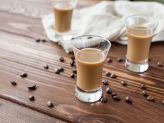 Selbstgemachter Kaffeelikör eignet sich nicht nur zum selber trinken, sondern ist auch eine hochprozentige Überraschung für Familie und Freunde.