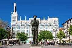 Madrid – eine Stadt voller Kontraste Literarische Relikte      … die ehrwürdigen Dichterviertel Barrio de las Letras und Huertas (im Bild die Statue des Dichters Federico García Lorca in Bronze auf der Plaza Santa Ana), in denen das goldene Zeitalter der spanischen Kultur, das Siglo de Oro, wieder aufersteht. …