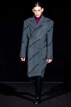 Balenciaga Fall 2019 Ready-to-Wear Fashion Show - Vogue Balenciaga Dress, Balenciaga Spring, Givenchy, Mode Masculine, Blazers, Fashion Weeks, Vogue Paris, Famous Brand Shoes, High Fashion