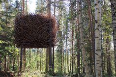 The Nest, Bertil Harström, 2010.  Inspirada en la propia naturaleza y en los refugios de las aves, The Nest –el nido–puede albergar a cuatro personas. El diseño de Bertil Harström, de Inredningsgruppen, nace del contraste del exterior y su clara apariencia de gran nido, con un interior conebido como una confortable habitación de hotel. Mediante una escalera plegable se accede a la habitación, con capacidad para dos adultos y dos niños.