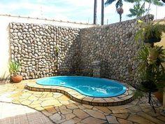 Resultado de imagem para piscina pequena com hidromassagem