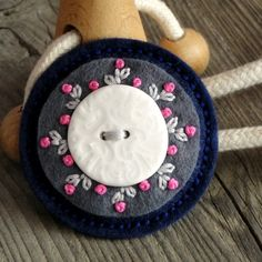 Wool Applique Patterns, Felt Applique, Wool Embroidery, Hand Embroidery Designs, Felted Wool Crafts, Felt Crafts, Diy Sewing Projects, Sewing Crafts, Felt Brooch