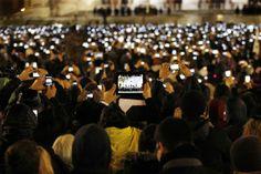 Las Imágenes más Sobrecogedoras de 2013 - Católicos con sus gadgets en la nueva elección del Papa Francisco