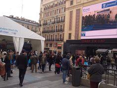 Vista de la Plaza de Callao, una de las nuevas plazas 'wireless', a la que muchos madrileños se acercaron para participar en el evento.