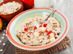 The creamy Bircher muesli with grated apple, lemon and hazelnuts is a Swiss invention. It's so easy to prepare a healthy breakfast for every day. # breakfast # oatmeal Bircher muesli - how it works LECKER leckerde Gesund essen The crea Quick Easy Healthy Meals, Healthy Low Calorie Meals, Healthy Crockpot Recipes, Healthy Dessert Recipes, Juice Recipes, Muesli, Healthy Vegetarian Breakfast, Orange Smoothie, Original Recipe