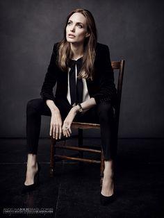 Angelina Jolie Covers Elle France -- she looks great in tuxes. Pose Portrait, Portrait Studio, Female Portrait, Portrait Photography, Fashion Photography, Photography Guide, Annie Leibovitz, Business Portrait, Fashion Poses