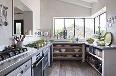 La cuisine s'ouvre de tous côtés dans cette maison familiale - 12 maisons de campagne familiales - CôtéMaison.fr