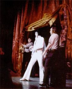 Elvis ending his show at the Las Vegas Hilton in august 1973