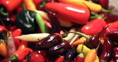 Chili fra hagen blir til nydelig chilisaus og syltet chili! Garden Living, Chili, Stuffed Peppers, Fruit, Vegetables, Food, Chile, Stuffed Pepper, Essen